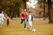 rodina hrát fotbal