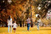 Rodinný létání draka v parku