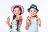 šťastné děti v plavky se zmrzlinou