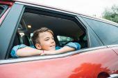 Chlapec při pohledu z okna auta