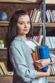 dívka s knih v knihovně