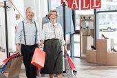 Fényképek Nő és férfi mosolyogva a bevásárló szatyrok