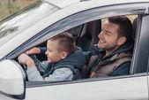 Apa és fia az autóban.