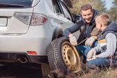 Apa és fia változó autó kerék