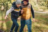 otec a syn, procházky v lese