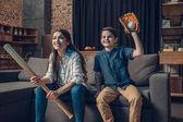 Jubelnde Familie schaut Baseball auf Couch