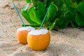 Cocktails in Kokosnüssen auf sand