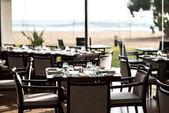 leeres Restaurant mit servierten Tischen