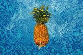 ananas, plovoucí ve vodě