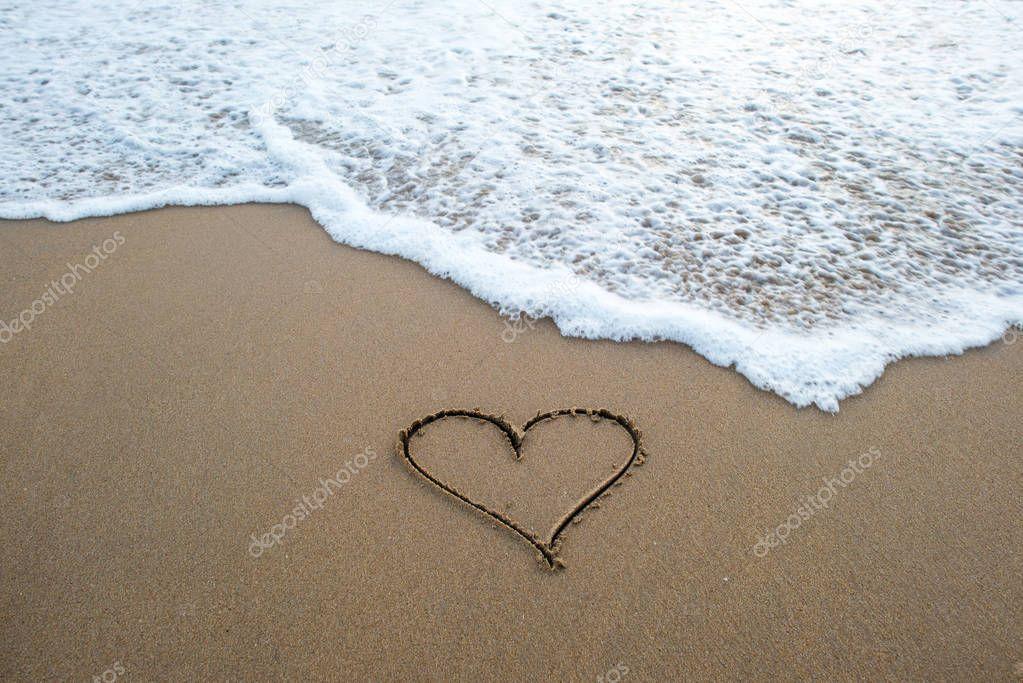 Фотообои heart shape sign on sand