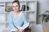 portrét, e-shop majitele s tužku a zápisník pohledu kamery domácí kancelář