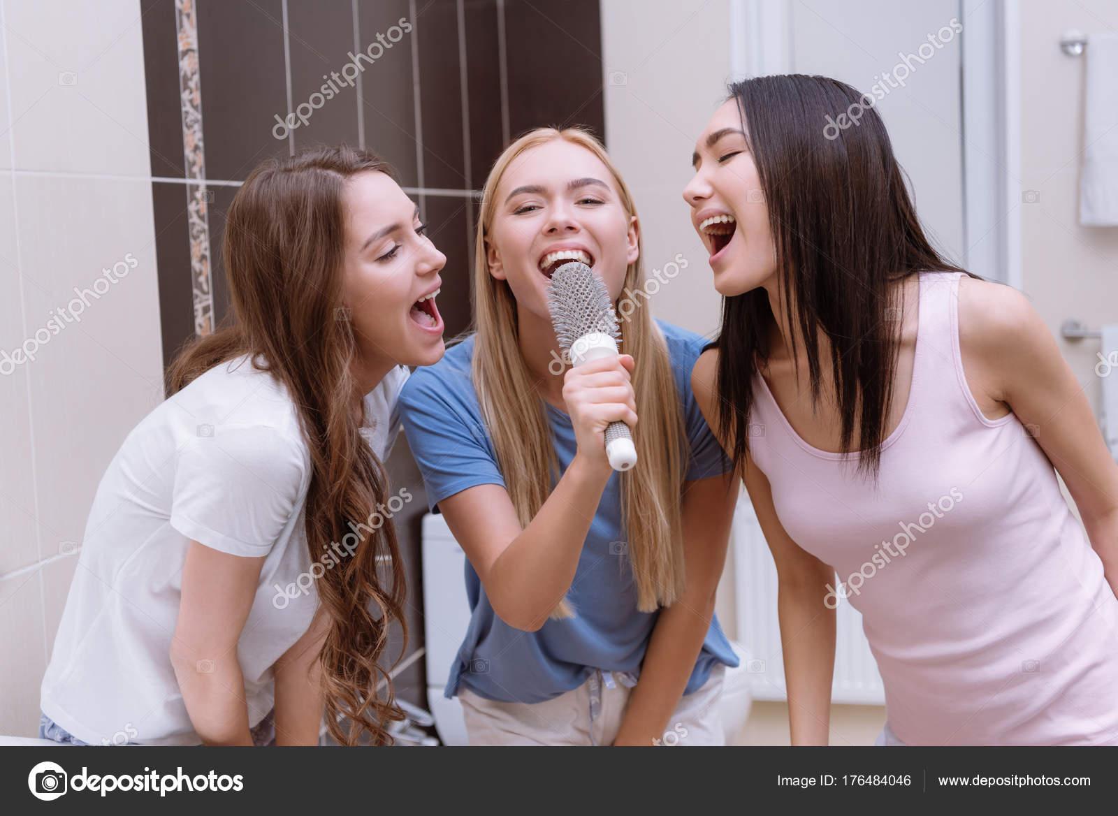 Multiethnische Freunde Singen Badezimmer Mit Runder Kamm — Stockfoto ...