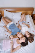 felülnézete a többnemzetiségű meg ágyon, kozmetikai és látszó-on fényképezőgép