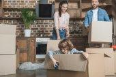šťastná rodina s jedním dítětem balení krabic při stěhování