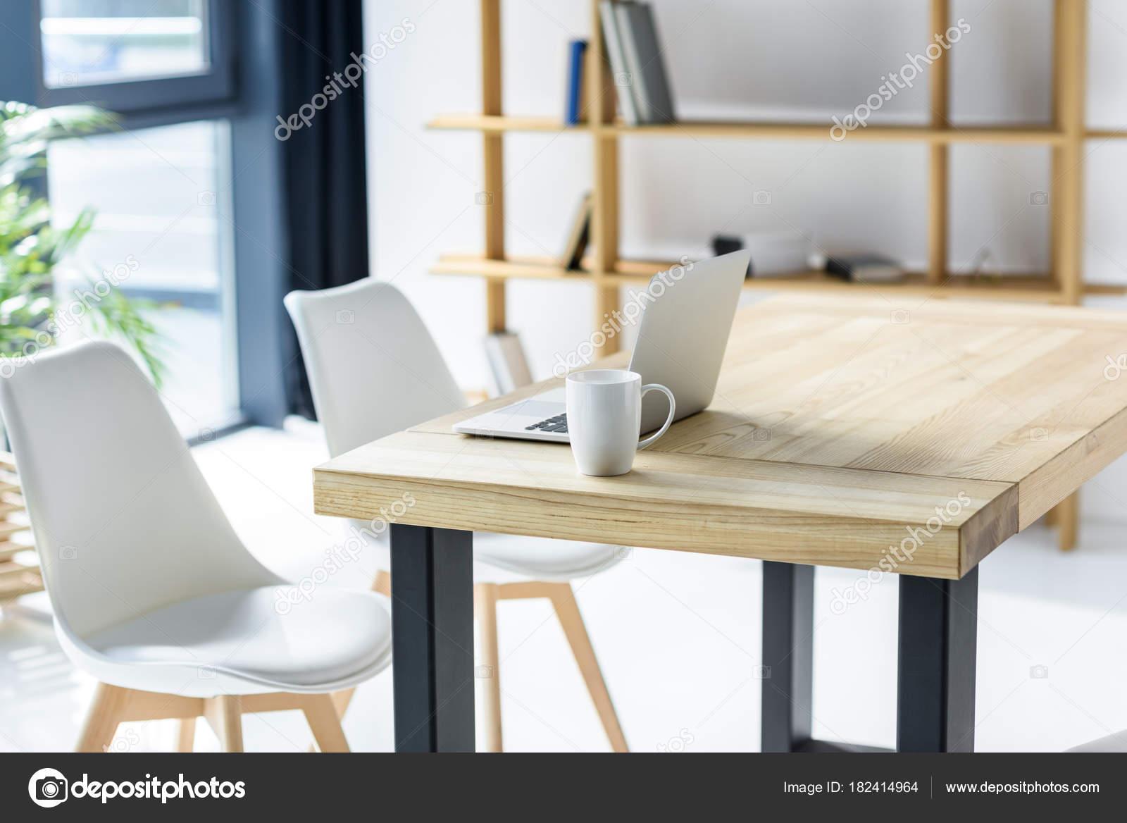 Ordinateur portable coffe cup sur table bureau moderne