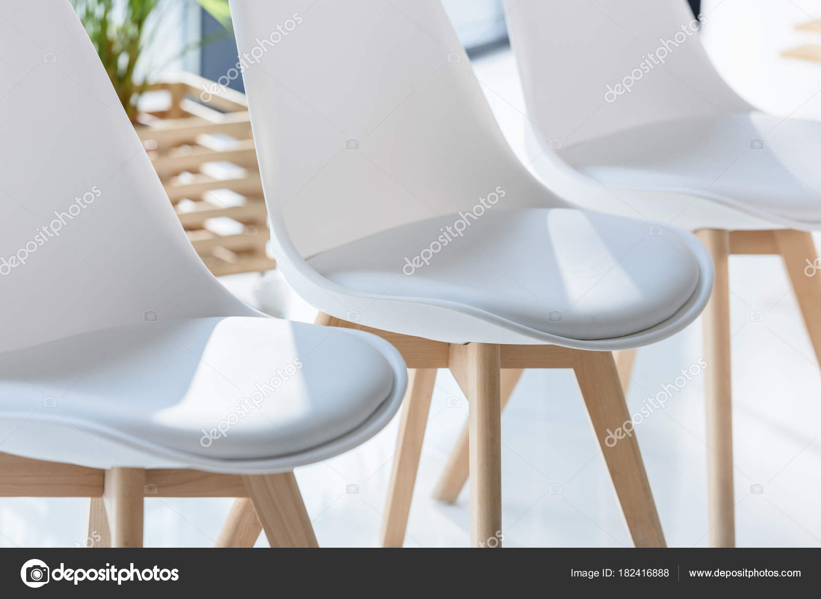 Fesselnde Weisse Stühle Referenz Von Weiße Stühle Hellen Modernen Büro — Stockfoto