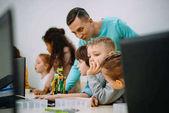gyermekek működő tanár a saját robot oktatási projekt