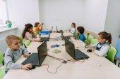 Csoport koncentrált gyerekek dolgozom számítógépekkel gépek osztály