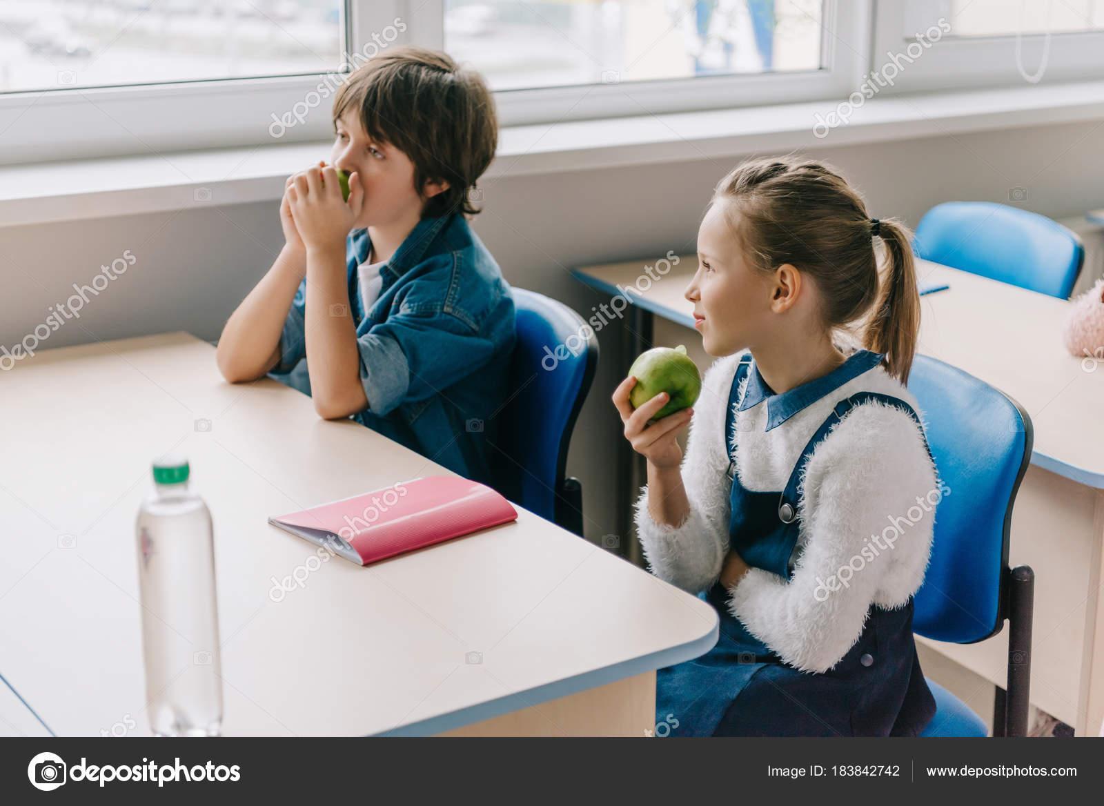 Imágenes No Comer En Clase Compañeros Clase Sentado Mesa Comer
