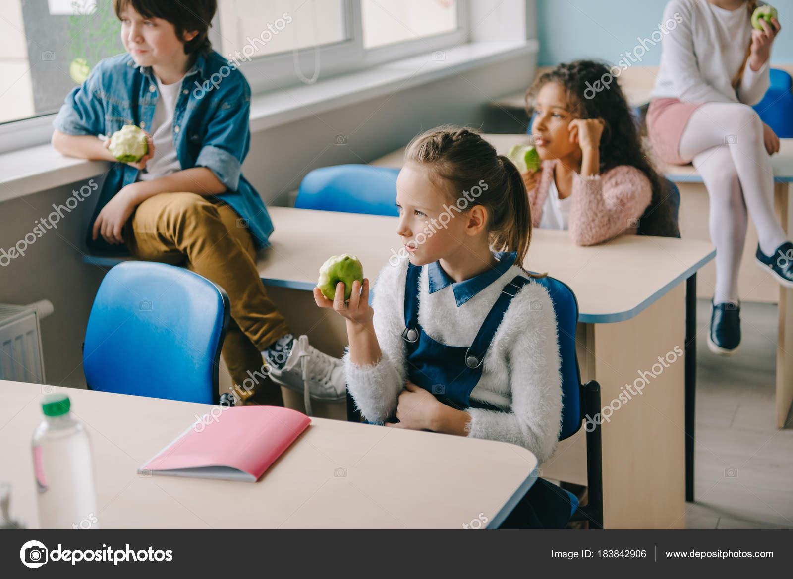 Imágenes Niños Comiendo En El Aula Adorables Niños Comer Manzanas