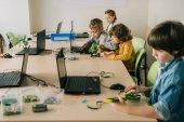Fotografia gruppo di bambini concentrati, lavorando su progetti alle staminali categoria formazione