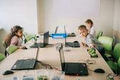 Fotografia bambini lavorano su progetti in classe di macchine