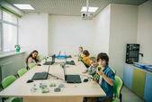 Fotografia gruppo di bambini che lavorano su progetti alle staminali categoria formazione