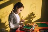 zaměřil malé dítě buduje dům s konstruktor