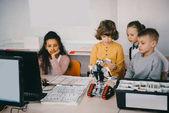 Fényképek középpontjában a tizenéves gyerekek diy robot: gépek osztályú építése