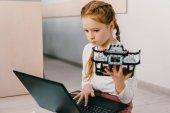 Fényképek gyönyörű koncentrált gyermek programozás diy robot, stem oktatási koncepció