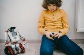rozkošné malé dítě sedí na s diy robot