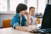 Fényképek gyermekek együtt, műsor-összeállítás robotok őssejt oktatási koncepció