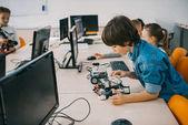 Fényképek koncentrált tini gyermek osztály, stem oktatási koncepció robot építése