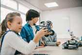 Fényképek gyerek ül osztály diy robot, őssejt oktatási koncepció