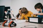 Fényképek koncentrált kis gyerekek építése diy robotok, őssejt oktatási koncepció