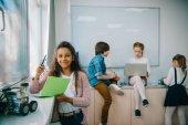 mnohonárodnostní skupiny malých dětí pracují společně na stroje třídy