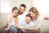 Fotografie glückliche Familienlektüre