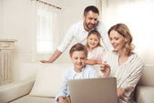 Familie nutzt Laptop