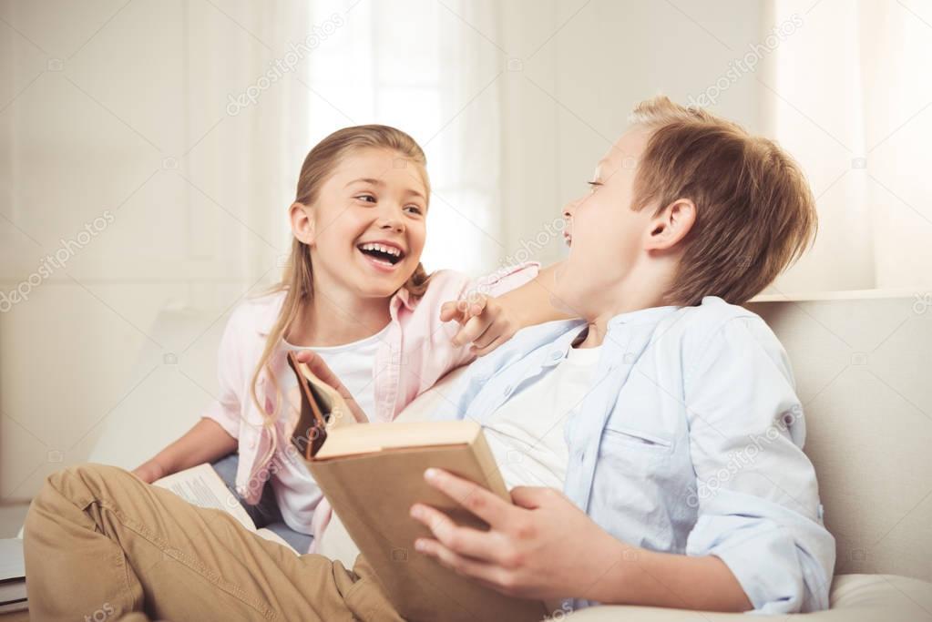 Сестра дразнит брата онлайн