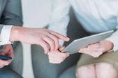 Fotografie podnikatelé pomocí tabletu