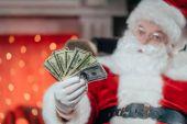Fotografie Santa s dolarové bankovky