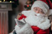 Fotografie Santa sedí v křesle