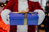 Fotografie santa holding gift box
