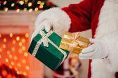 Santa drží dárkové krabičky