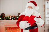 Weihnachtsmann mit Herzschild
