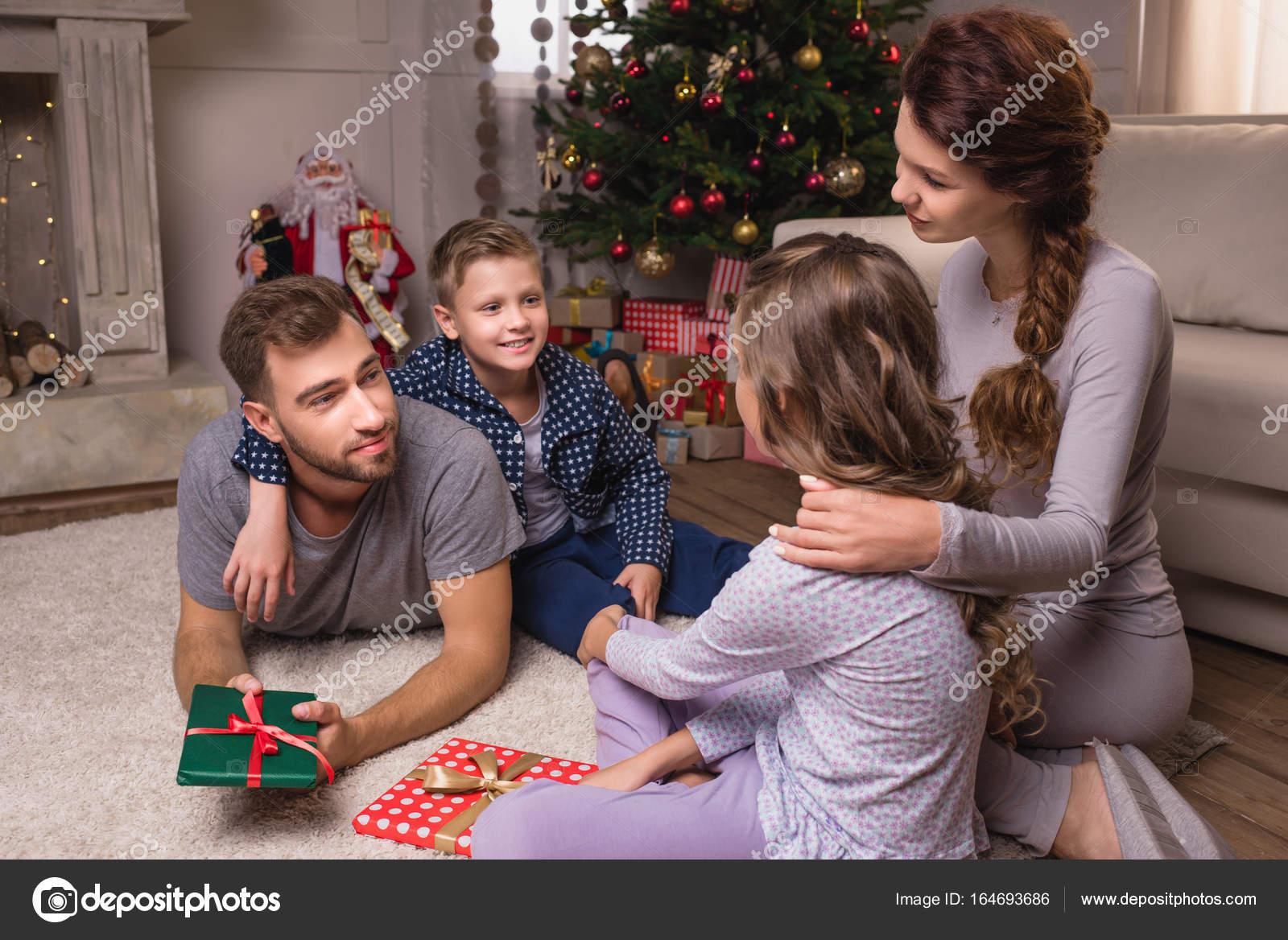 Weihnachten Pyjama Familie.Familie Im Pyjama Auf Weihnachten Stockfoto Geneglavitsky 164693686
