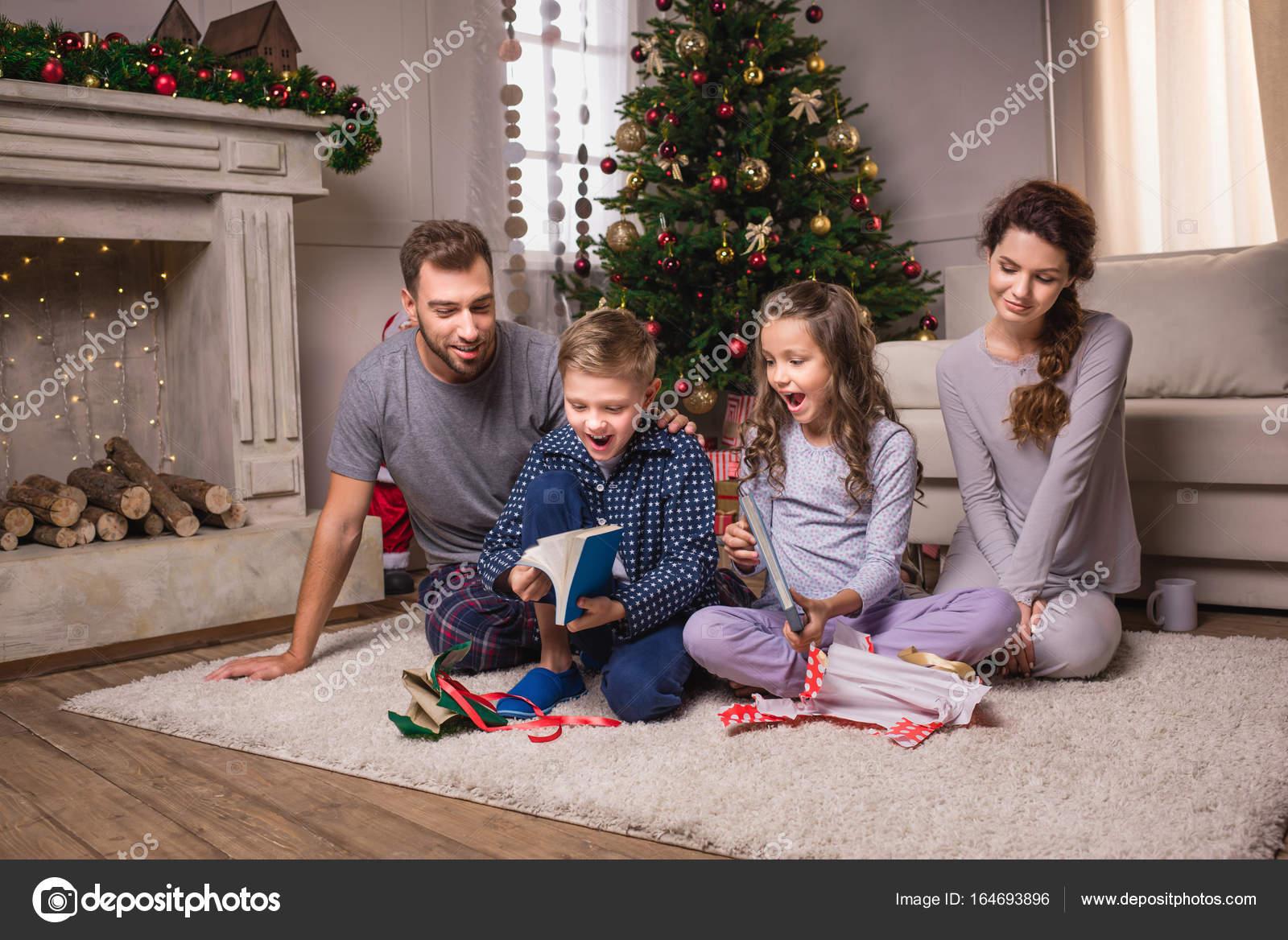Familie Öffnung Geschenke am Weihnachtsabend — Stockfoto ...