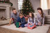 rodina otevírání prezentuje na Štědrý den