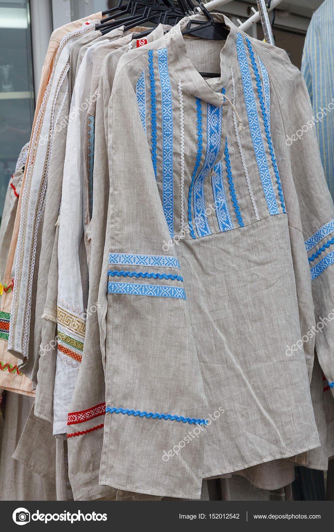 44aa39e43d8d Εθνική Λευκορωσίας λινά ρούχα κρέμονται στις κρεμάστρες. Πουκάμισο από λινό  σε ρουστίκ στυλ