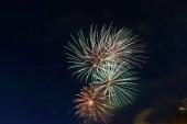 Ez egy fényes ünnepi tisztelgés az éjszakai égen..